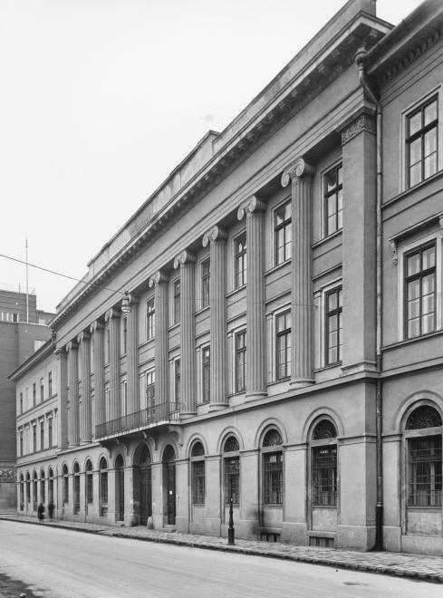 Honvéd utca 24-30. Az egykori Valero selyemgyár épülete.