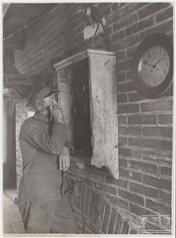 """Fot. Hejnalista, kościół Mariacki - wnętrze wieży, przed 1939r., Agencja Fotograficzna """"Światowid"""", wł. MHK."""