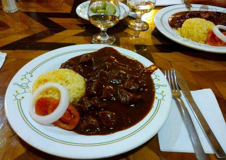 Asado de boda  Es tradición zacatecana servir este platillo a base de carne de cerdo y diversos chiles secos en fiestas o celebraciones importantes.