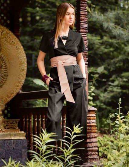 Kimonová halenka zanechá silný dojem díky vázačce z jehnětiny a bočním dílům z hedvábného krepu s efektem plisování. Ušít si k ní můžete třeba rozšiřující se kalhoty z piké ve zkrácené délce.