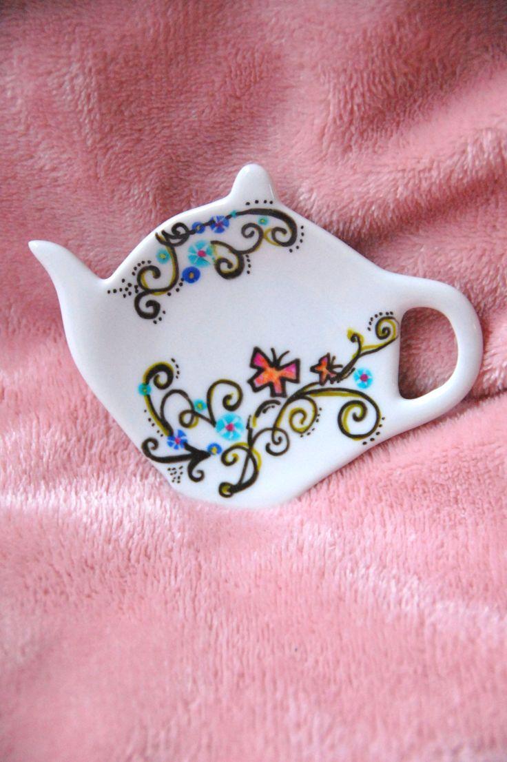 Dit houdertje voor een theezakje is handbeschilderd. € 3,75 inclusief 4 zakjes thee en cadeauverpakking. Check onze webwinkel of dit product nog verkrijgbaar is!