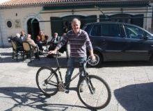 """Vincenzo Forgione con la sua """"numero 1"""" bicicletta con telaio MTB realizzato a mano da se nel 1995 (foto del 2013)"""