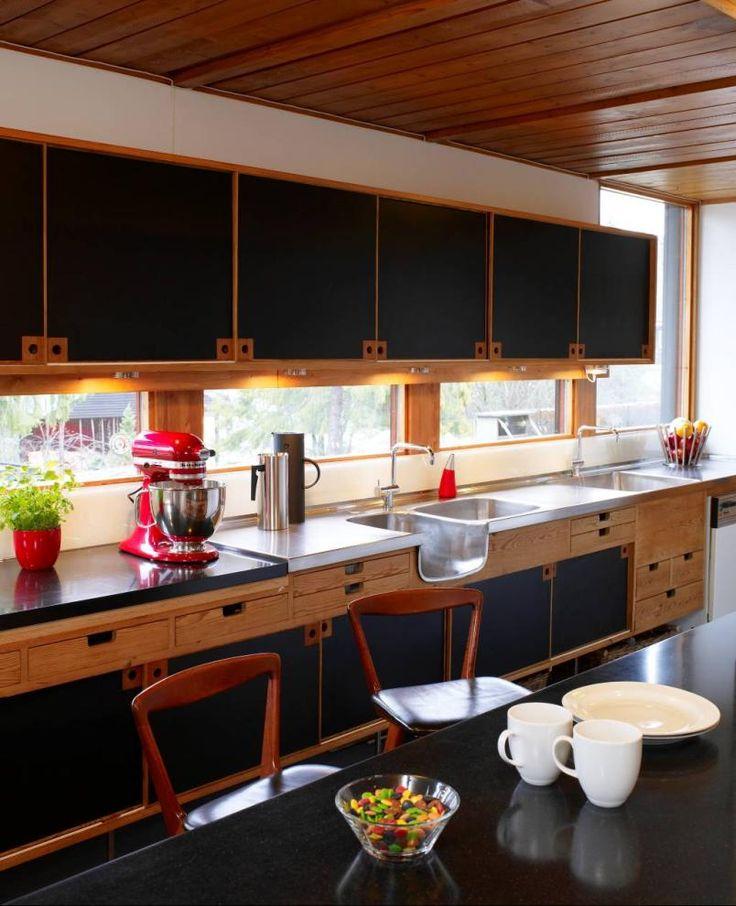 Skapdørene på kjøkkenet er belagt med svart linoleum, men er hvite på innsiden og kan vendes slik at dørene kan danne ulike svarthvite kombi...