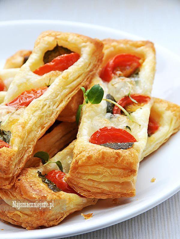 Ciasto francuskie z oregano i pomidorkami, przekąska, ciasto francuskie, pomidorki, http://najsmaczniejsze.pl #food #przekąska #karnawał #sylwester