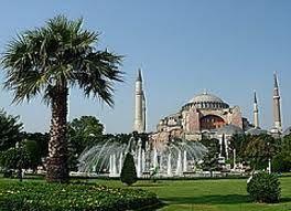 Dalam perjalanan paket tour ke Istanbul turki anda juga bisa mengunjungi Istana Topkapi , yang merupakan kediaman bagi generasi sultan dan para istri nya. Topkapi menawarkan keindahan arsitektur dan pemandangan Laut Marmara di Selat Bosporus.