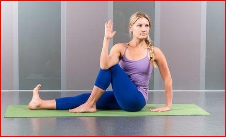 Het draaien van het bovenlichaam ten opzichte van het onderlichaam helpen je jonger en fitter te voelen. Door het zittend uit te voeren liggen de heupen vast zodat je minder kans hebt om de heupen mee te draaien in de houding. Dat zorgt ervoor dat de twist in het bovenlichaam blijft en dat zorgt voor de beste resultaten voor je lichaam. Houd je rechterknie vast met je rechterarm, om ervoor te zorgen dat je rechtop blijft zitten en niet achterover kantelt. Bij iedere inademing maak je je lang…