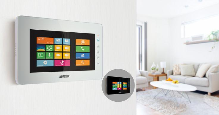"""Die 10"""" Türsprechanlage mit Windows-Interface zeichnet sich durch ihr überragendes Touchscreen-Display aus. Es bietet 1024x600p Auflösung, Kontraststärke und originalgetreuer Farbwiedergabe. An eine Videostation können bis zu 2 Türstationen, 4 Überwachungskameras, 3 Erweiterungs-Videostationen, sowie 1 TV-Gerät gleichzeitig angeschlossen werden.Dank dem erweiterbaren Speicher können Bilder und Videos von Besuchern intern gespeichert und jederzeit abgerufen werden."""