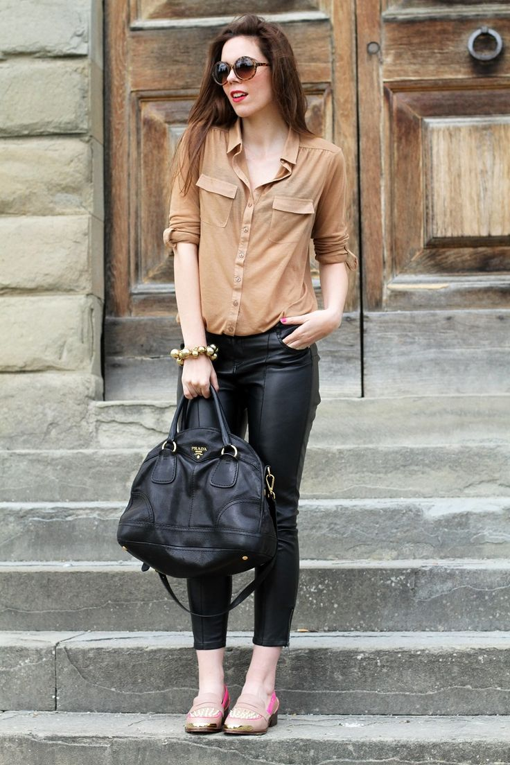 #fashion #fashionista @Irene Colzi kurt geiger | mocassini | mocassini borchie | scarpe beige | scarpe particolari | mocassini particolari | pantaloni di pelle nera | pelle | camicia beige | camicia marrone | braccialetto grande | occhiali da sole rotondi | smalto fucsia | occhiali da sole | fashion | moda | outfit | look | streetstyle | irene colzi 3