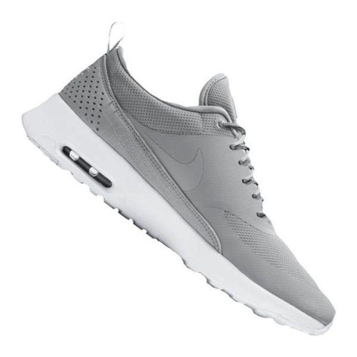 Nike Air Max Thea Sneaker Damen Grau F023  Hier kommt der neue Air Max Thea Sneaker für Frauen in frischen Farben. Er überzeugt durch einen schlichten Style, eine federleichte Dämpfung sowie einen hohen Tragekomfort. Durch die spezielle Max AIR-Technologie bietet der Schuh zusätzlich einen maximalen Aufprallschutz. Mit diesem Schuh bist du für alle Freizeitaktivitäten bestens ausgestattet.  Produktdetails: Obermaterial aus Kunstleder und Leder bieten einen gezielten Halt sowie ein leichtes…