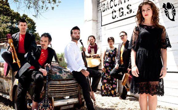 Subito dopo a  pizzicare il pubblico del Taranta Sicily Fest III° Edizione saranno il Canzoniere Grecanico Salentino.  Fondato nel 1975 dalla scrittrice Rina Durante, il Canzoniere Grecanico Salentino è il più importante gruppo di musica popolare salentina, il primo ad essersi formato in Puglia.