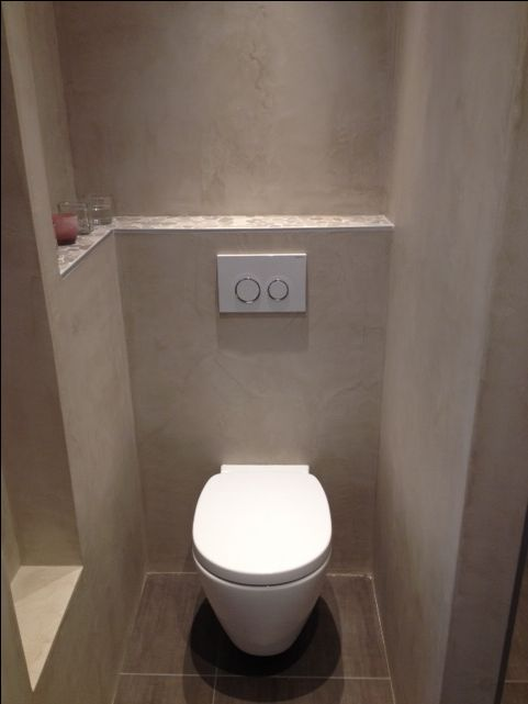 Gestukadoorde wand achter toilet in taupe kleur. Toilet connect van Ideal Standard