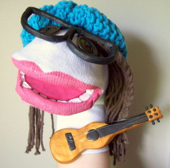 Quem tem criança em casa sabe como às vezes é difícil entretê-las, por isso você pode fazer um fantoche de meia, que é barato, ...