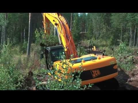 Katso video, jossa Suomen ainoa alle kolme metriä leveä 30-tonninen JCB JS290 tekee metsäautotien pohjia Kaakkois-Suomessa.