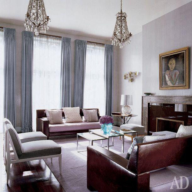 Гостиная на втором этаже. Мраморный камин, ковер и пуфики сделаны по эскизам Коллинза. Зеркальные столики, дизайнер Жак Адне. Над камином — картина Кристиана Берара. Настольная лампа, Venini.