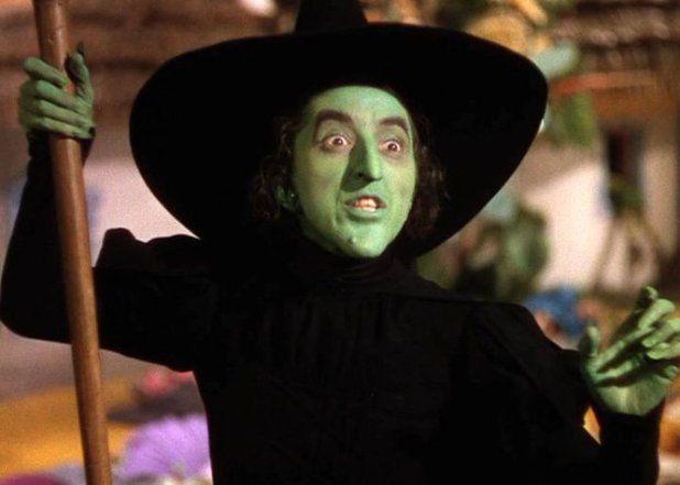 La malvada Bruja del Oeste en El mago de Oz fue interpretada por Margaret Hamilton. Lucía tan aterradora con su cara verdosa que muchas de las escenas tuvieron que ser modificadas.