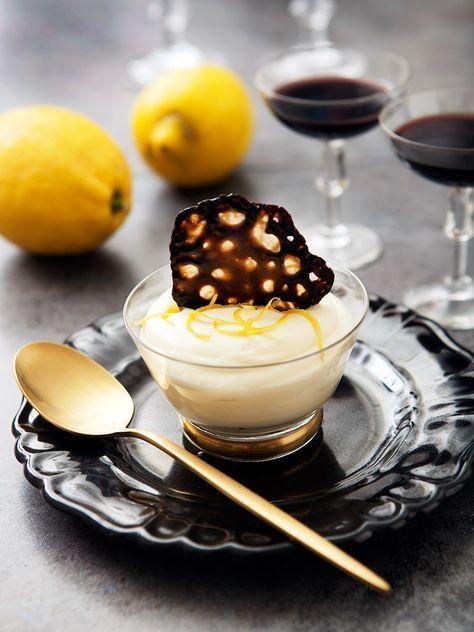 Syrlig citronmousse med salta lakritsflarn som du enkelt gör av Kick lakritsgodis. Toppa moussen med rivet citronskal strax före servering.