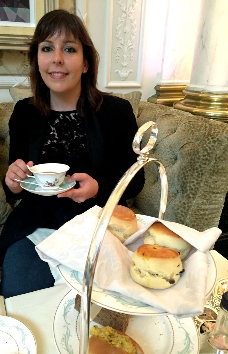 Lors de mon séjour à Londres, mes parents et moi avons pris l'Afternoon Tea auSavoy. Cet hôtel5 étoiles est particulièrement connu pour le Thames Foyer, salon où l'on déguste le traditionnel afternoon tea. Ayant envie de faire plaisir à mes parents, je leur ai donc offert cet afternoon tea pour la fête des mères (en retard) et la fête des pères (en avance). Quitte à prendre un thé dans la capitale anglaise, autant que ce soit dans les règles de l'art et surtout dans un endroit réputé…