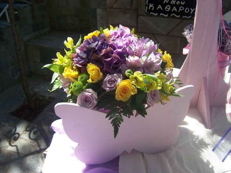 στολισμος βαπτισης με λουλουδια σε κασπο πεταλουδας