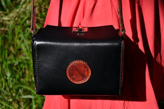 Bolso de cuero hecho a mano con un original diseño de líneas marcadas y detalles en contraste / Handmade leather shoulder bag with an original design based on simple lines and details in contrast.