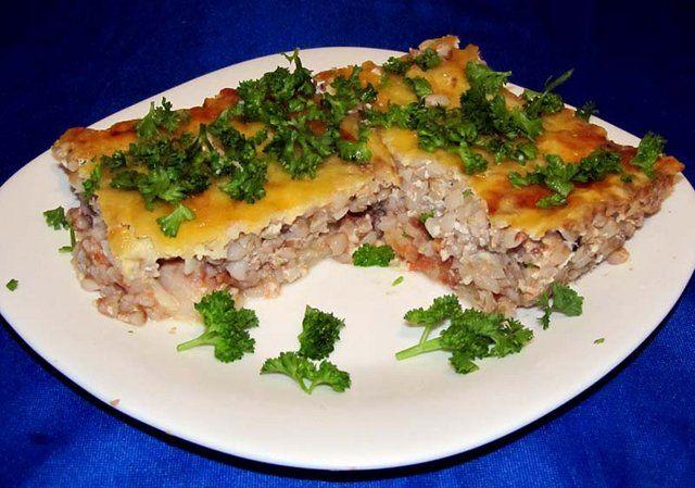 Запеканка с рыбой и гречкой Гречка — 1 ст. (крупа в сыром виде). Филе рыбное — 400 гр.  Кетчуп — 3 ст.л. (или томатный соус) Сыр — 150 гр. (твердых сортов) Яйцо — 1 шт. Молоко — 100 мл. Сметана — 2 cт. л. Орех мускатный — 1 щепотка Соль — по вкусу Перец — по вкусу Зелень – для украшения