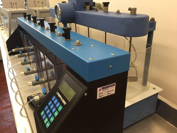 Jar test: se utiliza variaciones en la dosis del polímero o coagulante en cada jarra (generalmente 6 jarras), permitiendo la reducción de los coloides en suspensión y materia orgánica a través del proceso de floculación; es decir, simula los procesos unitarios de coagulación, floculación y sedimentación, permitiendo además realizar el ajuste en el pH de cada muestra