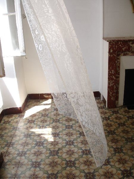 Lace curtains & tile | http://floordesignsideas.blogspot.com