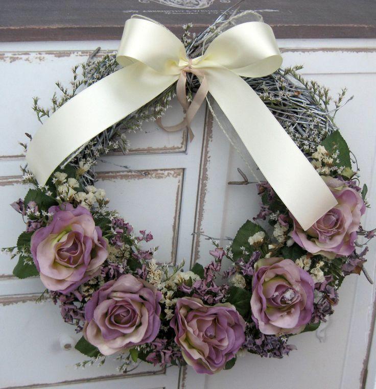 Růže fialová Věneček z proutí, látkové květiny, sušina, průměr 30 cm.