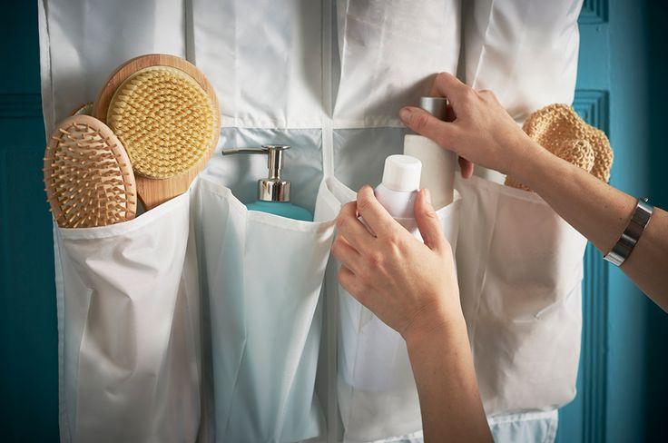 Geen lades of kastjes in de badkamer? Hang een SKUBB schoenenopberger aan de deur en stop daar al het rondslingerde spul in | Wooninspiratie IKEA IKEAnl IKEAnederland inspiratie opbergen rommel opruimen badkamer SKUBB schoenenopberger oplossingen