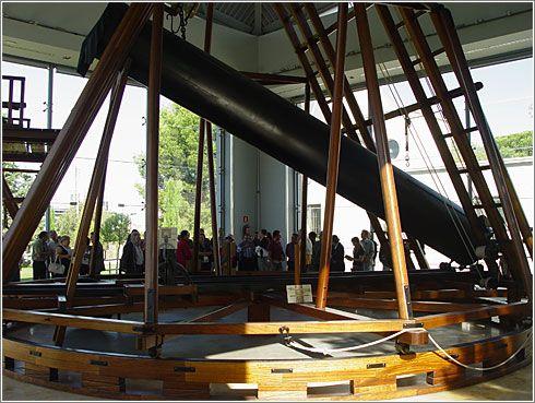 El telescopio de William Herschel, el científico que inventó la técnica de contar estrellas y que fabricó su propio telescopio, que tenia que ser movido por burros por su peso.