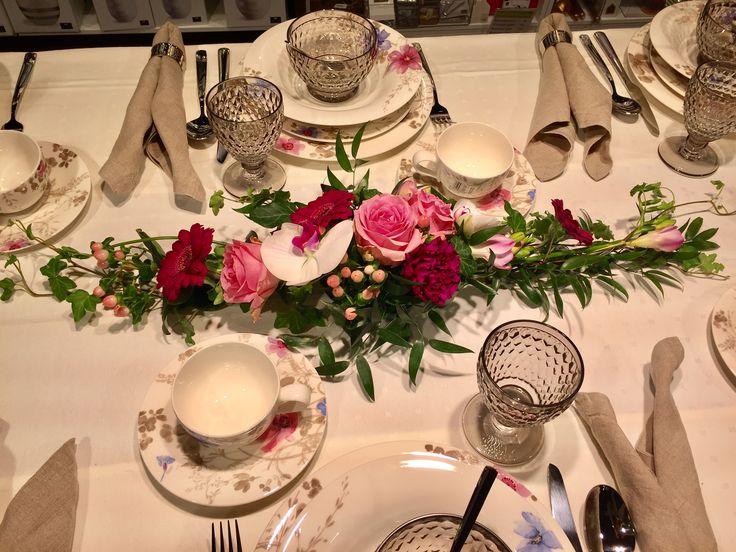 Dukning med Wham roser, phalaenopsis orkidé , Nelik, fressia.    Dekoration som passar både till dop, konfermation, m.m.