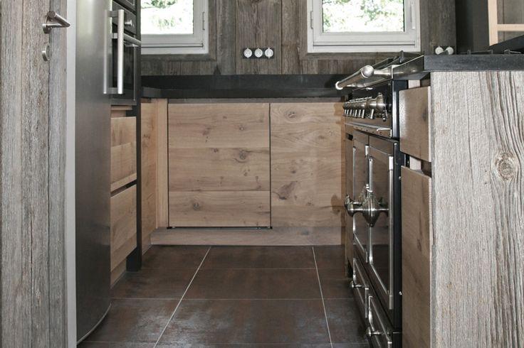 cuisine en chene a noeuds et bois de canada ambiance atelier cuisines malegol cuisine. Black Bedroom Furniture Sets. Home Design Ideas