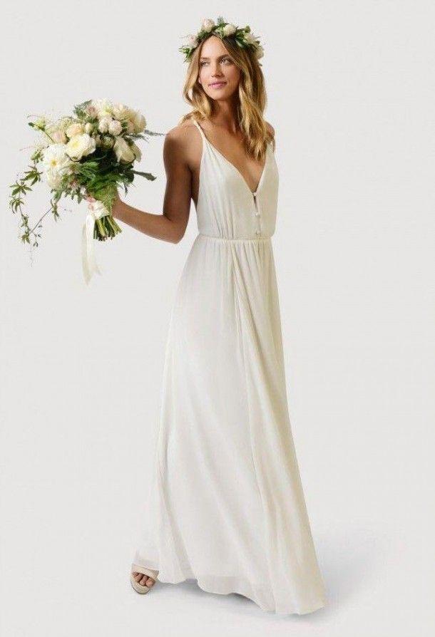 """Vestido de noiva de caimento solto, de alcinhas e decote profundo em """"v"""", pode incorporar look do romântico ao boho com alteração de acessórios, perfeito para o verão. Peça da grifeStone Fox Bride."""