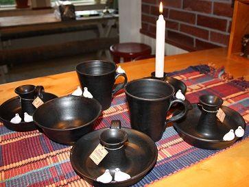 Ljusstakar och kaffekoppar i stengods. Svart och ripor