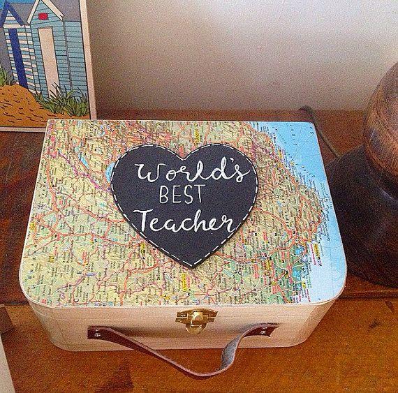 Este hermoso regalo de la maestra es el final perfecto de regalo término para agradecer a la maestra y diciéndoles que ellos son los mejores del mundo! Es una hermosa maleta madera perfecta para sus recuerdos y memorias del maestro. Por qué no conseguir uno de la clase y pídales que lo escriban su nota especial. Mostrar su agradecimiento con este regalo especial. Mide 23 cm X 17 cm X 9 cm y es el tamaño perfecto. Tenía un mapa recuperado en la tapa. Que elija un mapa de mi colección de…