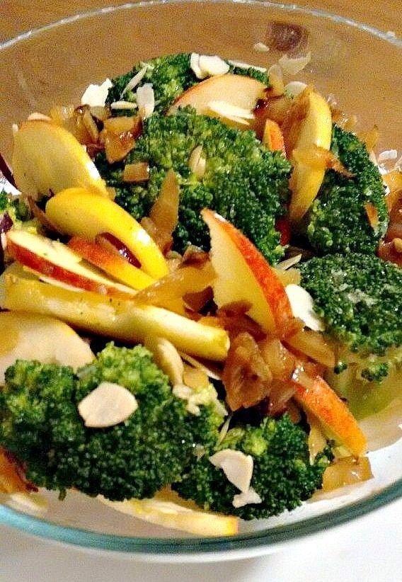Хрустящий салат из брокколи и яблок