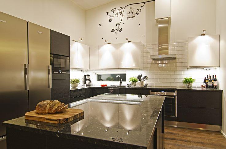 Ovet: Musta tammiviilu sekä kiiltävä valkoinen Iiris sekä tasoina Emerald Pearl graniitti.