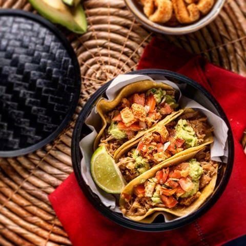 """""""Tacos placeros"""" tortillas de maíz rellenas de lomo de cerdo acompañado de chicharrón, pico de gallo y guacamole. Un nuevo de @la_chelinda #foodporn #foodie #restaurant #madrid #restaurantesmadrid #igers #comida #instafood #instalike #taqueria #delicious #yummy #unicos #nuevoplato #new #food #bar #tacos"""