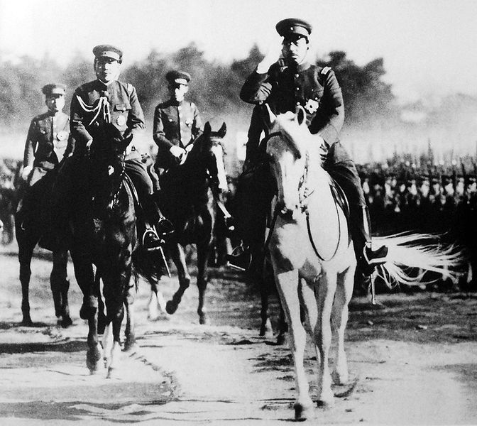 Emperor Hirohito ride on Shirayuki during an Empire army inspection in august 1938. / 昭和13年 陸軍始観兵式において、白雪号に乗り帝国陸軍将兵の閲兵をする天皇 裕仁。