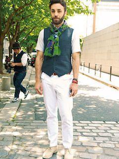 白パンツ×緑のベスト