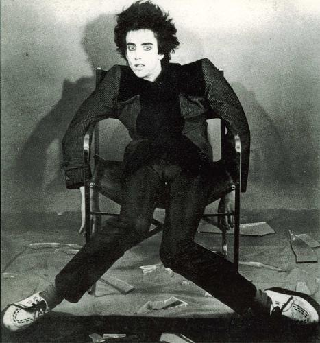 EDUARDO BENAVENTE(PARALISIS PERMANENTE) : Pues hoy foto del difunto vocalista de Paralisis Permanente