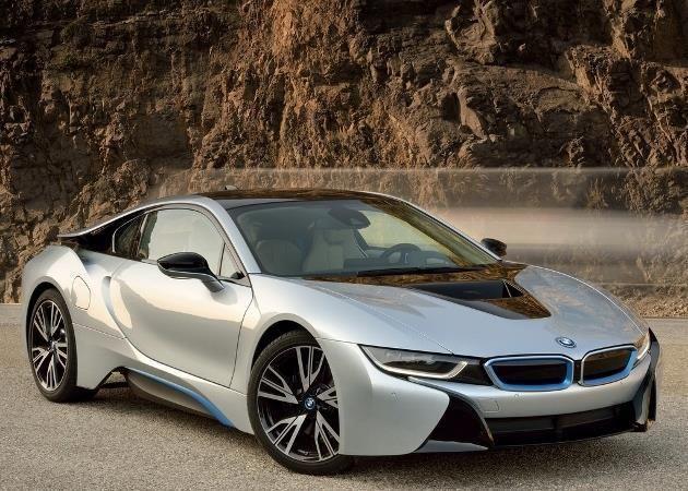 A 141 950 euros, bonus écologique de 4 000 euros déduit, la BMW i8 hybride rechargeable devient le véhicule le plus cher au catalogue du constructeur