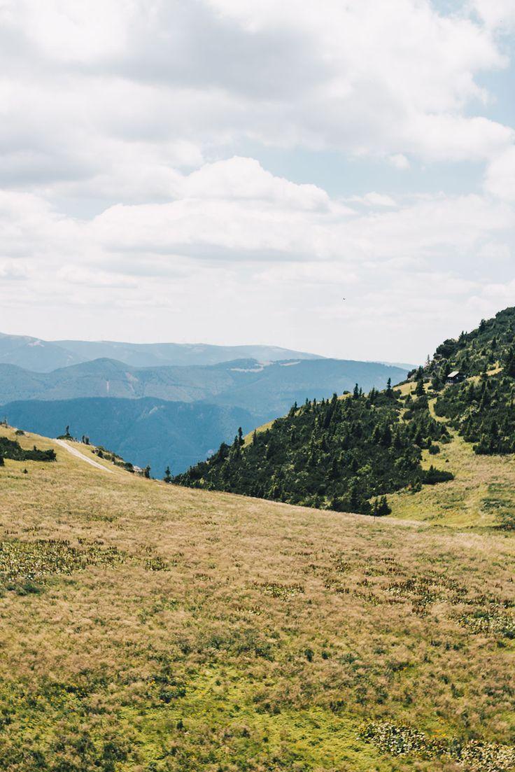 VANILLAHOLICA Guide für Österreich auf VANILLAHOLICA.com  Österreich ist ein Paradies für alle Naturliebhaber. Ganz gleich, ob es um die wunderschönen und atemberaubenden Bergkulisse der Alpen geht. Oder ob es sich um die blauen, bis türkisblauen Seen handelt, die im Sommer kühlen. Im Sommer lässt es sich in Österreich perfekt wandern, klettern, Mountain biken, und anderen Outdoor Aktivitäten nachgehen. In der kälteren Jahreszeit hingegen bieten viele Ferienregionen perfekte Skigebiete zum…