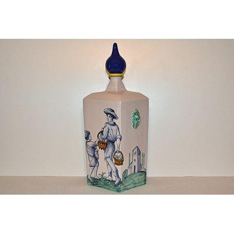 """Fedele riproduzione di bottiglie raffiguranti gli antichi mestieri del Rinascimento toscano """"Il Fruttivendolo"""".Questo oggetto è rigorosamente e abilmente fatto e pitturato a mano da Maestri Artigiani di Montelupo, e pertanto appare unico nei suoi particolari."""