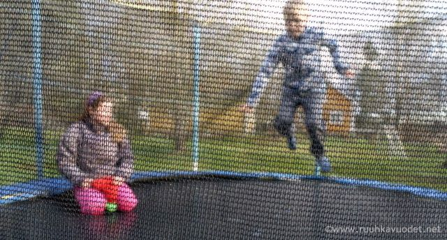 Children on a trampoline. Trampoliini kaivettiin varastosta toukokuun alussa.