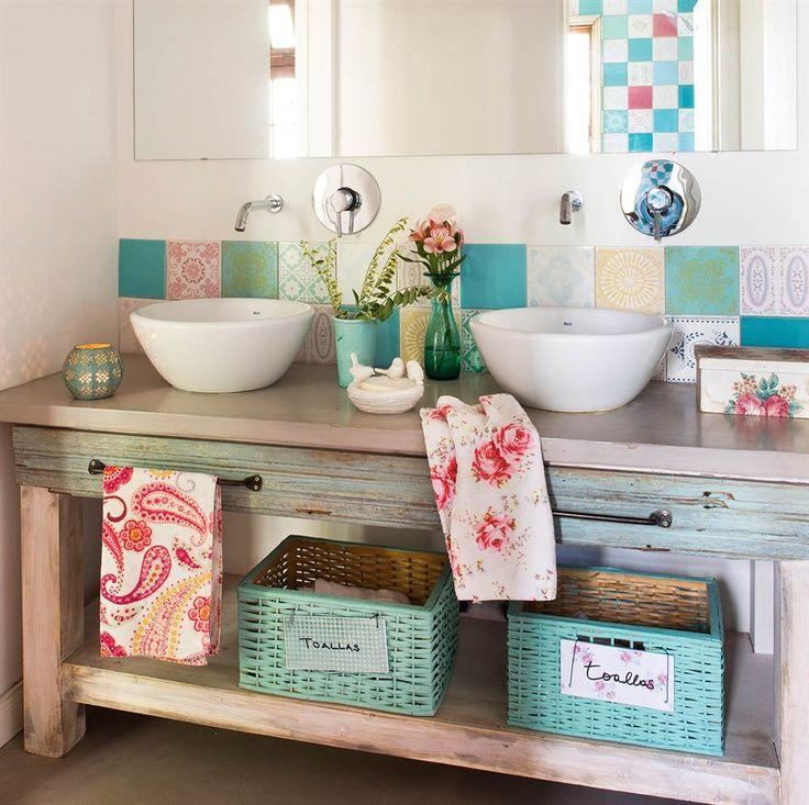 Baño con azulejos y detalles handmade
