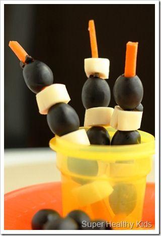Idée de sympa d'emboiter des ingrédients sur une lamelle de carotte!   Kids Snack Idea !