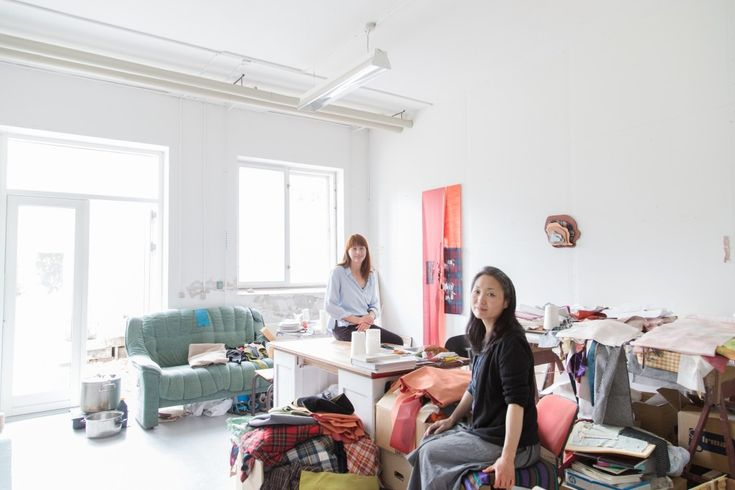I Sanne Ransbys værksted var der rig mulighed for at finde inspirerende tekstiler til modellerne. Foto: Kirstine Autzen