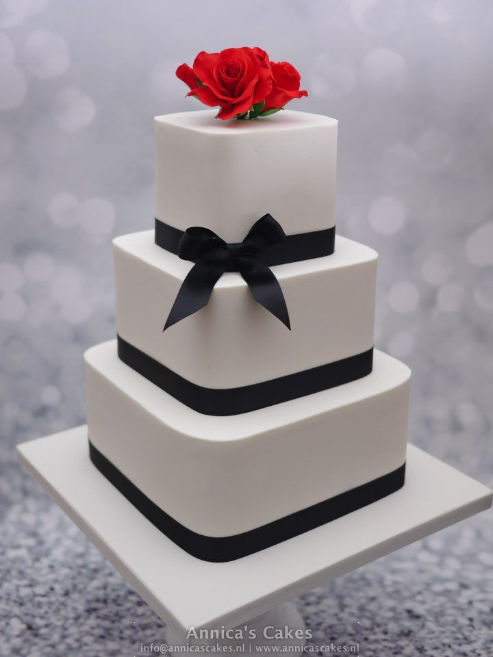 Square weddingcake red roses and black accents. Vierkante bruidstaart met rode rozen en zwarte linten.
