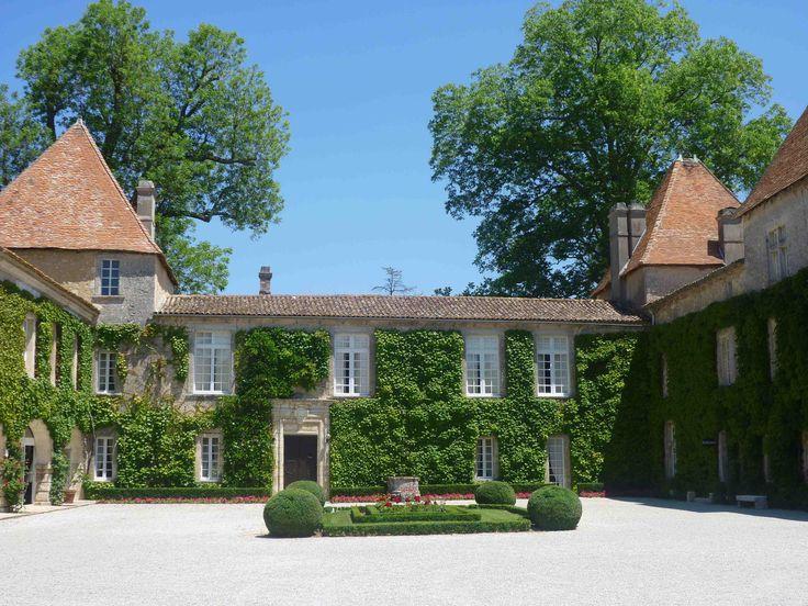 Venez découvrir le sublime château Carbonnieux à Pessac Léognan, lors d'une visite, pour cela il vous suffit simplement de réserver sur Wine Tour Booking http://bordeaux.winetourbooking.com/fr/propriete/chateau-carbonnieux-74.html