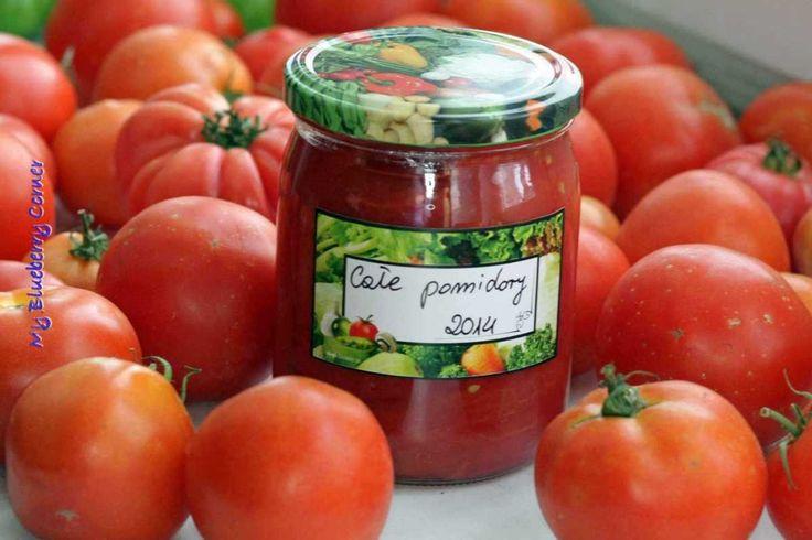 Uwielbiam pomidory pod każdą postacią – świeże i konserwowe, przeciery pomidorowe i passaty. Moja rodzina kocha włoską kuchnię i włoskie sosy, dlatego pomidory odgrywają dużą rolę w moim domu i zjadamy sporą ich ilość. W tym roku postanowiłam zamknąć te pyszności w słoikach, by móc korzystać z nich w czasie gdy świeże, gruntowe pomidory zostają jedynie wspomnieniem. W ten sam sposób również można przygotować krojone pomidory. Porcja na 10-12 słoików o pojemności ok. 500 ml Składniki:  ...